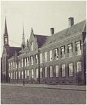 104399 Markt, westkant. Fotodruk van het volledig zichtbare klooster Sint Aloysius, 1938
