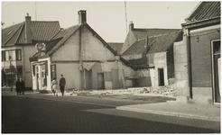 104894 Molenstraat, gezien in de richting van de 'Ameidestraat'. Van links naar rechtsopen plek van gesloopte pand, ...