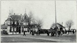 106043 Stationsplein, gezien vanaf het station. In het midden de woning van fabrikant J. Holtus. Daarachter de fabriek ...