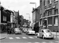 106306 Steenweg, gezien vanaf de hoogte van de 'Kanaaldijk N.W.'. Links: drogisterij Van der Sommen-de Roij; De ...