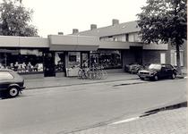 106574 Trompstraat 2 t/m 4. Stomerij De Kim en rijwielhandel John van Veghel. De huizen rechts liggen aan de Van ...