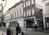 106775 Veestraat, gezien in de richting 'Markt'. Van links naar rechts: een deel van schoenenzaak Dijckmans; woonhuis ...