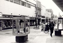 106785 Veestraat, gezien vanuit de richting 'Markt' in de richting 'Veestraatbrug'. Van links naar rechts: HEMA; ...