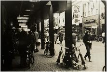 106825 Veestraat, gezien vanuit de richting 'Elzaspassage' in de richting 'Markt', met zicht op brillenhuis Van Maaren ...