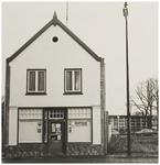 107237 Weg op den Heuvel 24. Sigaren- en snoepwinkeltje Smits-Vos, tevens grossierderij. De panden links en rechts zijn ...