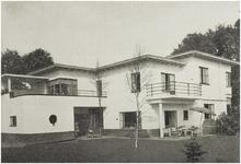 107376 Wesselmanlaan 51, hoek 'Jan van Brabantlaan'. In 1938 gebouwd huis onder architectuur van W.A.M. van der Ven. ...