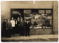 107611 Wolfstraat 124, handel in groente, fruit en vis van Hubert Donkers. Van links naar rechts: onbekend; onbekend; ...