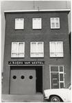 107702 Zuid Koninginnewal 33. Grossierderij in zoetwaren Boers-van Gestel. Pand is afgebroken ten behoeve van de aanleg ...