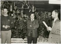 112910 Aanbieding van de Vlasbloem, historisch jaarboek. Door wethouder A. Meijer aan N.Buys, voorzitter ...