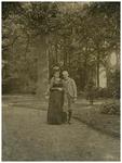 115392 Anna Maria Wesselman van Helmond, geboren Arnhem 11-07-1856, overleden Haarlem 22-10-1904, en haar neef ...