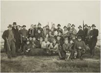 118645 Groep Jagers en drijvers. Staande de jagers v.l.n.r. : J. v.d. Lichte ( politie Ehv ), J. v,d, Bichelaar ( ...