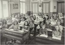 119405 Een klassenfoto: de 6e klas van de Nazarethschool (Noord Koninginnewal). Bij het raam van voor naar achter : ...
