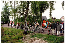 Serie van 9 foto's betreffende onthulling van de eerste steen van voormalige lagere school, 16-05-2001