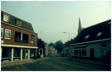 45238 Kerkstraat vanaf de Markt richting de kerk: Links de viswinkel vanPeter Nouwen, later makelaar Verberkmoes. ...