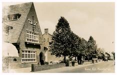 46373 Scholen: RK Parochiehuis: op achtergrond jongensschool St. Aloysiusschool, 1960