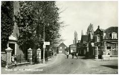 46471 Dr. Ant. Mathijsenstraat: links Ned. Herv. Kerk, rechts cafe De Bonte Os , 1950 - 1956