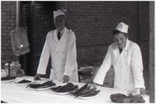 47680 Visverkoop fam. Nouwen op Budel kermis, 1965