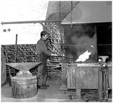 49299 Werken in de zinkfabriek Budel-Dorplein, werken aan het smidsvuur, 1955-1965