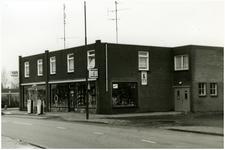 49956 Benzinepomp en rijwiel handel van Seggelen, en potten en pannen voor de etalage, 1981