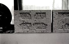 Een serie van 3 foto's betreffende stenen die in 1991 in de zuidelijke gevel van de N.H. kerk zijn geplaatst, 1991