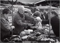 136533 Winkelend publiek bij een Groentekraam op de markt, 1992 - 1999