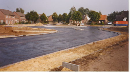 577561 Aanleg rotonde gezien vanaf de Industrielaan, 1996