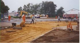 577564 Aanleg rotonde gezien vanaf hoek Lienderweg (links), Ommelseweg (rechts), 1996