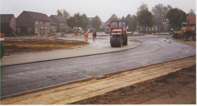 577566 Het walsen van het asfalt, gezien vanaf de Industrielaan, 1996
