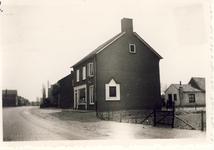 577612 Emmastraat, met rechts de woning van Toon Bekx (schilder), 1955