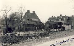 577614 Langstraat, huis midden is van van Vlokhoven en het huis rechts is van Jan van Schaijk, 1956