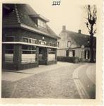 577619 Emmastraat, voorste pand is café De Waag, 1956