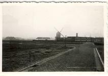 577733 Hofstraat met de standaardmolen op de achtergrond, en daarvoor de Lambertusschool, 1960