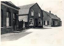 577740 Driehoekstraat, met 2e van links De Spar van Eijsbouts en 3e van links het pand van slager de Soeren. Later ...