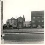 577749 Koningsplein, met links het voormalige pand van de Fam. Bluijssen en rechts een deel van huize Bartholomeus, 1960