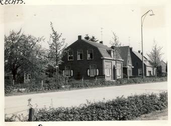 577755 Heesakkerweg, met huizen van van Heugten (1e links) en Joop Feijen (2e van links), 1961