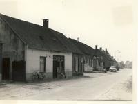 577757 Antoniusstraat, met links het pand van bakker Peters, tevens Végé kruidenier, 1961