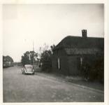 577769 Molenweg met een passerende VW Kever, 1961