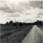577805 Kluisstraat met hooimijten in het veld, 1962