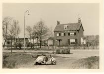 577811 Woonhuis met scooter aan de Dijkstraat, 1962