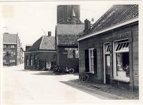 577929 Mgr. den Dubbeldenstraat, gezien in de richting van het Koningsplein-Kerkstraat, met rechts een slagerij en in ...