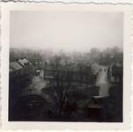 577940 Panoramazicht op het Koningsplein met de openbare basisschool in het midden. Op de achtergrond het gemeentehuis., 1957