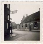 577941 Hoek Burgemeester Wijnenstraat met Markt met links het uithangbord van Hotel Gitzels en een benzinetank van Esso, 1957