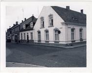 577944 Hoek Kleine Marktstraat met Julianastraat, woning Leo van Horssen, 1955-1965