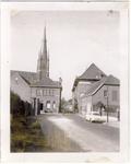 577961 Kerk aan de Kerkstraat, voor de kerk de pastorie en rechts Huize Bartholomeus, 1955-1965