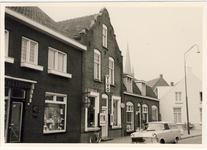 577977 Emmastraat, met links de winkel van van Nisselroy en daarnaast de Vivo, 1955-1965