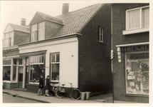 577980 Emmastraat, met in het midden de bloemenzaak van van Bussel, 1955-1965