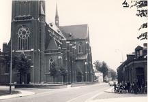 578001 De kerk bij de Wilhelminastraat, met rechts een groep jongens bij het verzamelpunt om naar de Ambachtsschool te ...