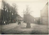 578023 Kruispunt Prins Bernhardstraat en de Lindestraat, met geheel rechts de Protestantse kerk, in het midden een ...