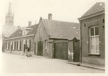 578044 Mgr. den Dubbeldenstraat met in het midden de boerderij van Geven, en op de achtergrond de kerk, 1955-1965