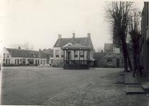 578045 Muziekkiosk en gemeentehuis op de Markt, 1930-1939
